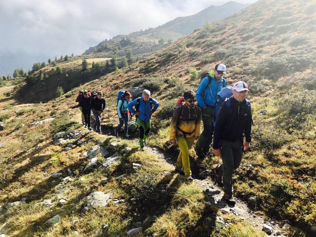 accompagnatori di media montagna che camminano